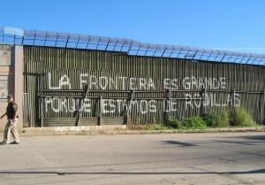"""La Jornada, 03/10/14: La empresa israelí Elbit Systems Ltd (empresa famosa por su trabajo de """"sistemas de detección de intrusión"""" y otros proyectos para las barreras contra los palestinos) anunció que su subsidiaria obtuvo el contrato del Departamento de Seguridad Interior de Estados Unidos para producir e instalar sistemas de vigilancia, incluidas torres de observación, en la frontera de Arizona con México, reportó Alternet."""