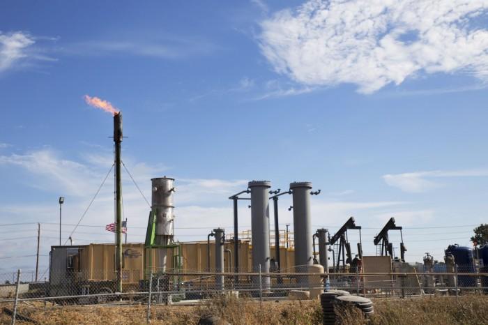 Una torre de perforación de Vaca Energy expulsando vapor en las arenas bituminosas de Oxnard. (Sarah Craig/Faces of Fracking/CC BY-NC-ND 2.0)
