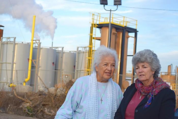 La activista Lupe Anguiano, izquierda, y la concejal Carmen Ramírez están cerca de los tanques de vapor. (Elaine Fragosa)